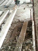 демонтированная балка, которая после того как она была срезана, опущена на поверхность первого этажа.