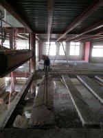 Использование талей для подвешивания срезаемых балок, которые после подрезания опускаются на поверхность первого этажа.