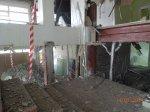 демонтаж плитки и частично стяжки пола на лестничном марше .